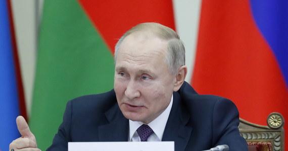 Wypowiedzi prezydenta Rosji Władimira Putina dotyczące II wojny światowej nawiązują do propagandy z czasów totalitaryzmu stalinowskiego - oświadczyło polskie MSZ. Słowa Putina są zaprzepaszczeniem dorobku jego poprzedników, szukających drogi prawdy i pojednania w stosunkach polsko-rosyjskich - wskazał resort.