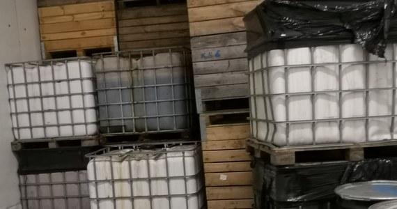 Przekroczenie norm toksycznych substancji - m.in. benzenu i styrenu - wykryła kontrola gleby w gminie Pniewy obok Grójca na Mazowszu. Wojewódzki Inspektorat Ochrony Środowiska zbadał ten teren po tym, jak w położonej tam wsi Wiatrowiec jeden z mieszkańców wylał na nieużytki kilka tysięcy litrów odpadów. Mężczyzna przebywa w areszcie. Gmina nie ma pieniędzy na utylizację toksycznych substancji.