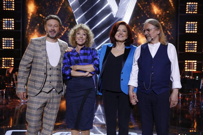 """Poznaliśmy listę finalistów """"The Voice Senior"""". Nie wszystkie decyzje trenerów uzyskały akceptację widzów TVP, którzy szczególnie krytykują Urszulę Dudziak. To ona postanowiła, że o jednym miejscu w finale zadecyduje... wróżba."""
