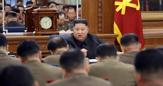 Przywódca Korei Północnej Kim Dzong Un spotkał się z grupą najwyższych rangą dowódców wojskowych wchodzących w skład Narodowej Komisji Obrony, by omówić - jak podała Koreańska Centralna Agencja Prasowa - sposoby zwiększenia potencjału obronnego kraju. Światowe agencje zwracają uwagę, że narada odbyła się na kilka dni przed upływem północnokoreańskiego ultimatum wobec Stanów Zjednoczonych ws. wznowienia rozmów na linii Waszyngton - Pjongjang na nowych warunkach: uwzględniających interesy reżimu.