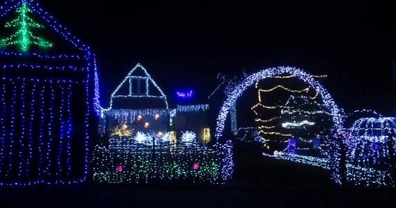 """""""Polskie Las Vegas"""" jest już gotowe na Święta Bożego Narodzenia. Oświetlona jest niemal cała wieś. Każdy na własną rękę montował świąteczne lampki na domu, płocie, a nawet na psich budach."""