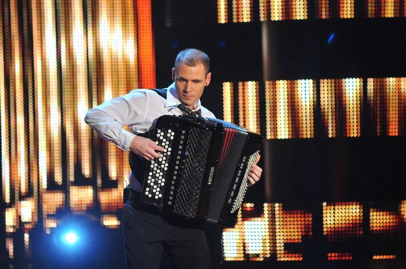 """Znany z """"Mam talent"""" Marcin Wyrostek na przełomie listopada i grudnia powrócił ze specjalnym, świątecznym albumem. Akordeonista, którego pokochała całą Polska, mimo iż nie cieszy się dużym zainteresowaniem ze strony mediów, wciąż tworzy kolejne piosenki i nagrywa albumy."""
