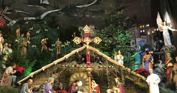 Jedna z największych szopek bożonarodzeniowych w Europie znajduje się w bazylice ojców Franciszkanów w Katowicach-Panewnikach. Pośród ponad 100 elementów, wierni znajdą między innymi figurę przedstawiającą papieża Franciszka i kardynała Stefana Wyszyńskiego.