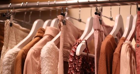 Kupowanie odzieży i obuwia w sklepach internetowych to dzisiaj powszechna praktyka. Niemal każdy, kto chce wyglądać modnie i ubierać się zgodnie z aktualnymi trendami wybiera ten sposób uzupełniania garderoby. Dużą popularnością cieszą się sklepy online należące do popularnych sieciówek. Alternatywą dla nich są portale, które pod własną marką produkują ubrania i sprzedają je wyłącznie w sieci.