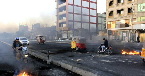 Po zgonie irackiego działacza politycznego, który zmarł wskutek obrażeń doznanych w zamachu bombowym, demonstranci zaatakowali i podpalili biura kilku partii szyickich w mieście Diwanija na południe od Bagdadu - poinformowali świadkowie wydarzenia.