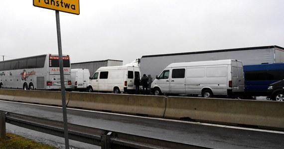 Około 13 godzin muszą czekać na odprawę kierowcy samochodów ciężarowych jadący na Ukrainę przez przejście graniczne w Dorohusku (Lubelskie) - informuje w Krajowa Administracja Skarbowa. Na przejściu w Hrebennem czas oczekiwania jest o połowę krótszy.