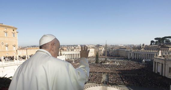 """Chrześcijański styl życia jest """"łagodny i odważny, pokorny i szlachetny, bez przemocy mocny"""" - mówił papież Franciszek do tysięcy ludzi zebranych na placu św. Piotra w drugim dniu świąt, obchodzonym przez Kościół jako uroczystość świętego Szczepana, pierwszego męczennika. Podkreślał, że święty Szczepan """"potrafił opowiadać o Jezusie słowami, ale przede wszystkim swoim życiem""""."""