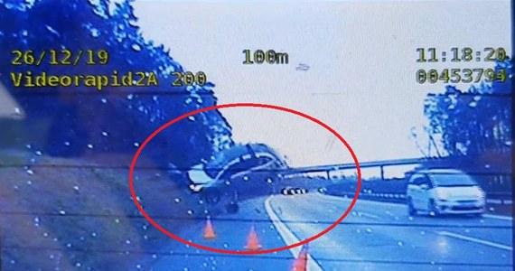 Groźny incydent na A4: samochód wypadł z trasy, odbił się od skarpy i uniósł w powietrze. Nikomu nic poważnego się nie stało. Policja - ku przestrodze - opublikowała nagranie wideo, na którym całe zdarzenie zostało zarejestrowane.