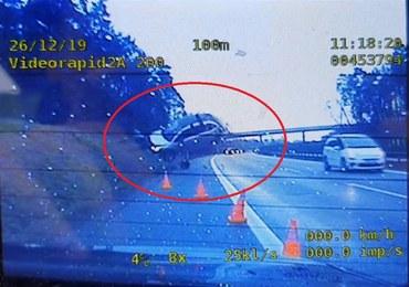 Auto odbija się od skarpy i leci w powietrzu. Policja publikuje wideo z A4