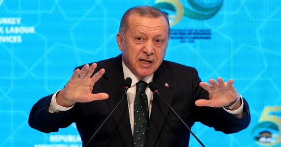 """""""Na prośbę Trypolisu Turcja wyśle do Libii swe wojska w przyszłym miesiącu"""" - ogłosił turecki prezydent Recep Tayyip Erdogan. Szef MSW rządu porozumienia narodowego w Trypolisie Fathi Baszagha powiedział, że żadna oficjalna prośba w tej sprawie nie została wystosowana."""