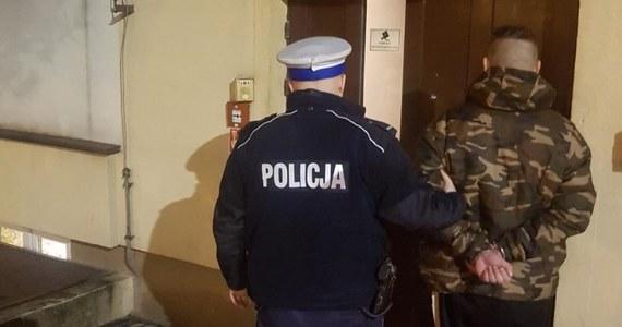 Do policyjnej izby zatrzymań trafili dwaj mężczyźni, przyłapani przez drogówkę na paleniu marihuany w samochodzie. 30-latek z Łodzi robił to na parkingu, a zatrzymany do kontroli w podłódzkiej miejscowości Przecław 27-latek - w czasie jazdy.
