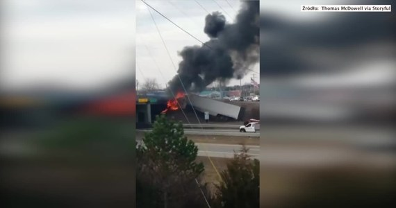 Ciężarówka stanęła w płomieniach po tym jak wypadła z drogi i uderzyła w wiadukt. Do wypadku doszło na autostradzie US-23 w stanie Michigan. Katastrofa sprawiła, że droga musiała zostać zamknięta na kilka godzin. Ze zniszczonego pojazdu przez długi czas wydobywał się czarny dym i płomienie. Według lokalnych mediów kierowca doznał lekkich obrażeń.