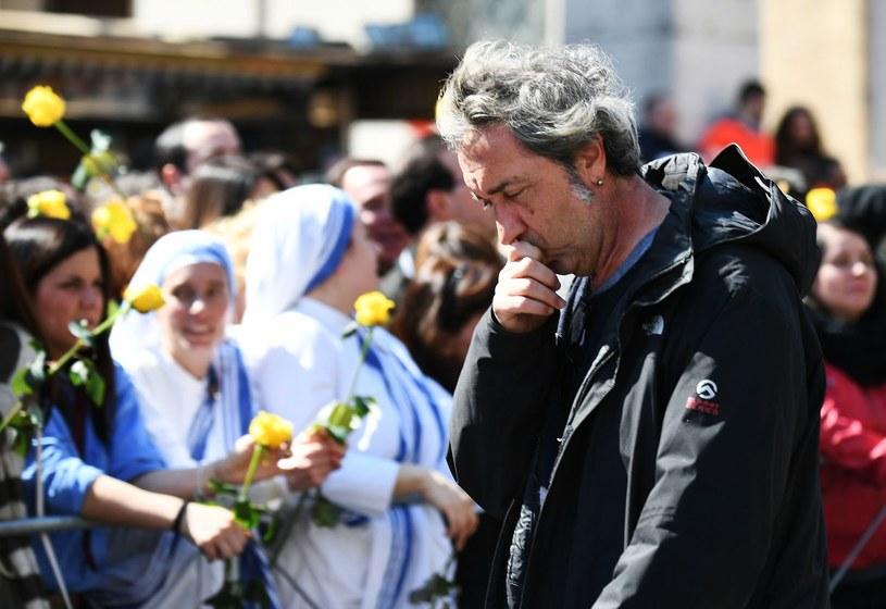 """Ojciec Święty oglądał serial """"Młody papież"""". Uznał, że ta produkcja w nieco naiwny sposób przedstawia Kościół, ale ogólnie mu się spodobała - zdradził Paolo Sorrentino, twórca tego odważnego serialu, na chwilę przed premierą kolejnego sezonu."""