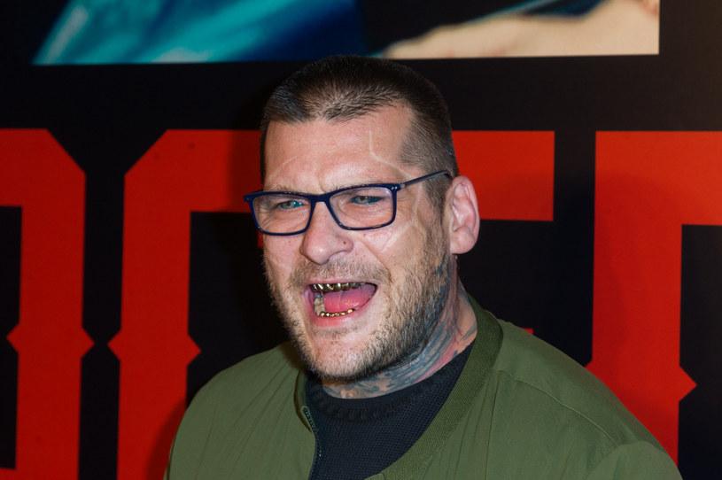 """W rozmowie z """"Tele Magazynem"""" Popek przyznał, że przyjął propozycję zagrania w serialu """"Barwy Szczęścia"""". Ponadto będzie można go zobaczyć również w dwóch wysokobudżetowych produkcjach. Raper zdradził też, co z jego rolą w serialu """"W rytmie serca""""."""