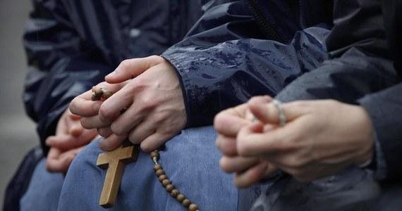 """Kobiety w Kościele, czasem także w Watykanie, bywają dyskryminowane, postrzegane jako osoby o """"mniejszych wartościach intelektualnych i zawodowych"""" - taka ocena znalazła się na łamach watykańskiego dziennika """"L'Osservatore Romano""""."""