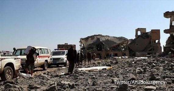 Co najmniej 5 osób zginęło w niedzielę, gdy prawdopodobnie rebelianci z ruchu Huti wystrzelili pocisk podczas parady wojskowej w mieście Ad-Dali na południu Jemenu, zorganizowanej z okazji zakończenia szkolenia wojskowego - poinformowała stacja telewizyjna al-Arabija.