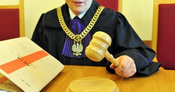"""Ustawa dyscyplinująca sędziów ograniczy ich niezawisłość, mimo to zwolenników jej wprowadzenia jest minimalnie więcej niż przeciwników - wynika z sondażu IBRiS dla """"Dziennika Gazety Prawnej"""" i RMF FM. Badanie pokazuje również, że Polacy nie mają dobrego zdania o działalności sędziów i sądów."""