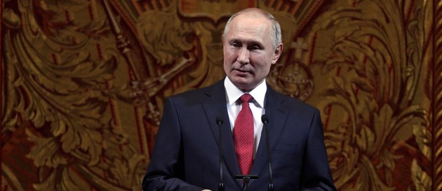 Rosyjski prezydent Władimir Putin rozmawiał przez telefon z prezydentem USA Donaldem Trumpem. Jak podały służby prasowe Kremla, podziękował mu za przekazanie informacji, które pomogły udaremnić zamach terrorystyczny.