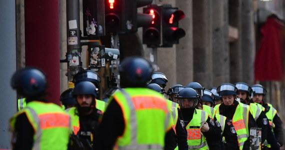 Berlińska policja nie znalazła dowodów użycia broni palnej w kawiarni Starbucks przy popularnym wśród turystów dawnym przejściu granicznym Checkpoint Charlie. Nie potwierdziły się też wcześniejsze doniesienia o napadzie rabunkowym.