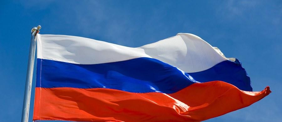 """""""Pan premier ma absolutną rację, że """"naród rosyjski jest narodem ludzi wolnych"""". Właśnie dlatego nigdy nie pogodzimy się z oczernianiem pamięci naszych przodków, próbami przekreślenia ich wyczynu, narzucenia nam jednostronnej, wadliwej i kłamliwej wersji historii naszego kraju"""" – głosi oświadczenie wydane przez ambasadę Rosji w Warszawie, które jest odpowiedzią na słowa premiera Polski Mateusza Morawieckiego. Według relacji TASS, rosyjska ambasada oceniła, że """"w stwierdzeniach Morawieckiego nie ma nic nowego""""."""
