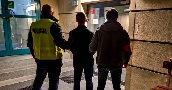 Wszyscy neonaziści, którzy 22 grudnia zaatakowali aktywistów rozdających żywność bezdomnym, są już w rękach policji. Jak dowiedział się reporter RMF FM, kilka godzin temu policjanci ze Śródmieścia ujęli 21-latka, który od czasu ataku na stoisko organizacji Food Not Bombs, ukrywał się przed śledczymi. Mężczyzna usłyszał zarzuty. Zażądał trzech miesięcy aresztu tymczasowego.