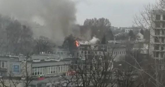 Czterdziestu strażaków dogasza pożar hali na terenie giełdy kwiatowej przy Bakalarskiej w Warszawie. Ze wstępnych informacji wynika, że nikt nie ucierpiał.