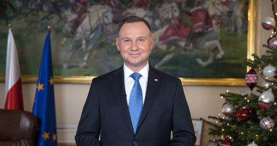 """""""Co nas czeka od pierwszego stycznia? Ufam, że będzie to rok polskich zwycięstw! Że tym słowem, które będziemy odmieniać najczęściej w roku 2020 będzie słowo sukces"""" - mówił w noworocznym orędziu prezydent Andrzej Duda. """"Jestem pewien, że niepodległa Polska w zjednoczonej Europie – Polska sprawnie rządzona – także w roku 2020 będzie umacniała swoją silną pozycję"""" - podkreślił."""