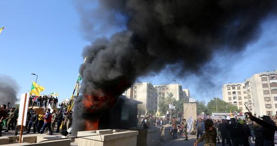 Kilkaset osób zebrało się we wtorek przed budynkiem ambasady w Bagdadzie w proteście przeciw amerykańskim nalotom na cele związane z szyicką milicją Kataib Hezbollah. Demonstranci wyłamali jedną z bram placówki i wtargnęli na jej teren - informuje AP.