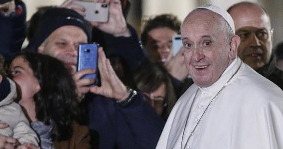 Podczas spotkania papieża Franciszka z setkami osób na Placu Świętego Piotra w sylwestrowy wieczór doszło do incydentu, zarejestrowanego przez media. Jedna z kobiet tak mocno go chwyciła, że boleśnie ścisnęła mu rękę. Papież uderzył ją w dłoń, by się uwolnić.