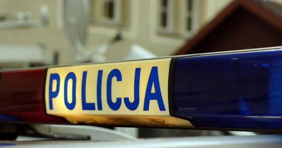 Wypadek w gminie Laskowa w Małopolsce. 32-latek kierujący volkswagenem passatem uciekał przed policjantami i stracił panowanie nad pojazdem. Auto uderzyło w ogrodzenie posesji i budynek.