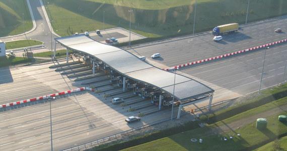 Noworoczna niespodzianka dla kierowców podróżujących płatną autostradą A4 Katowice-Kraków. Od dziś obowiązuje tam nowy cennik przejazdów. Część kierowców może zapłacić mniej. Cena za przejazd samochodem osobowym została obniżona o 30 procent.