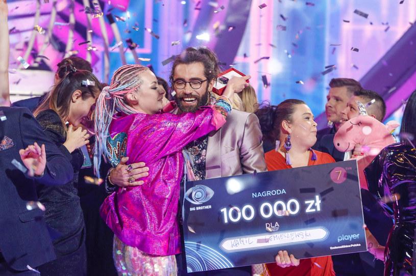 """Kamil Lemieszewski i Ewa Kępys z """"Big Brothera"""" zaręczyli się? Zwycięzca reality show opublikował zdjęcie, które rozpaliło internautów. Fani pośpieszyli z gratulacjami i zaczęli dopytywać o szczegóły."""
