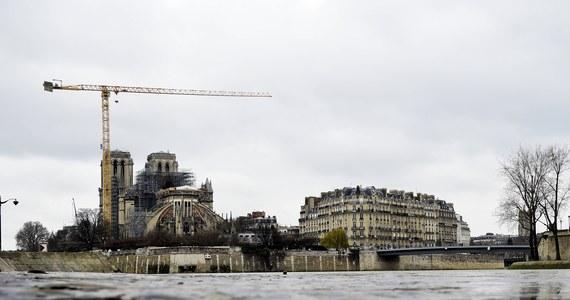 Pierwsze zwycięstwo zwolenników wiernej - z historycznego punktu widzenia - odbudowy paryskiej katedry Notre-Dame. Nowy dach świątyni podtrzymywać będą znowu dębowe belki, a nie stalowo-betonowa konstrukcja - donoszą francuskie media.