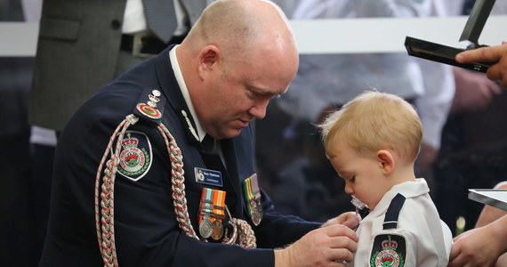 """19-miesięczny Harvey otrzymał medal, nadany pośmiertnie jego tacie – strażakowi, który stracił życie walcząc z pożarami buszu w Australii. Wzruszające zdjęcia z pogrzebu obiegły cały świat. Na jednym z nich widać kubek postawiony na trumnie 32-letniego Geoffreya Keatona, a na nim napis: """"Tatusiu, kocham Cię jak stąd do Księżyca i z powrotem""""."""