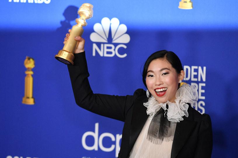"""Rewelacyjna Awkwafina, gwiazda filmu """"Kłamstewko"""" w reżyserii Lulu Wang, otrzymała Złotego Globa dla najlepszej aktorki w komedii lub musicalu! W wyścigu po statuetkę pokonała m.in. Cate Blanchett oraz Emmę Thompson. Jest także jedną z największych faworytek do nominacji oscarowych oraz pierwszą amerykańsko-azjatycką aktorką z szansą na tę nagrodę."""