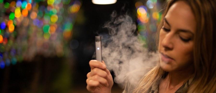 """E-papierosy poważnie zwiększają ryzyko przewlekłych chorób płuc i dróg oddechowych - przekonują naukowcy z Uniwersytetu Kalifornijskiego w San Francisco. W pracy na łamach czasopisma """"American Journal of Preventive Medicine"""" publikują oni wyniki najnowszych badań, wskazujących na to, że e-papierosy zwiększają ryzyko zarówno astmy, jak i zapalenia oskrzeli, rozedmy płuc, wreszcie przewlekłej obturacyjnej choroby płuc. Dodatkowo niepokoi fakt, że to ryzyko rośnie jeszcze bardziej u tych, którzy korzystają z e-papierosów na zmianę ze zwykłymi, tak jakby szkodliwe działanie jednych i drugich się kumulowało."""