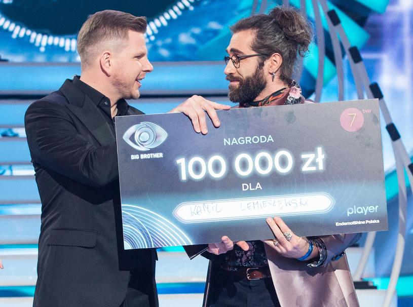 """Za wygranie II edycji """"Big Brothera"""" Kamil Lemieszewski miał otrzymać 100 tys. złotych oraz samochód Fiat 500. Przelewu wciąż jednak nie dostał, auta też nie może odebrać. Od obu nagród musi jednak zapłacić podatek."""