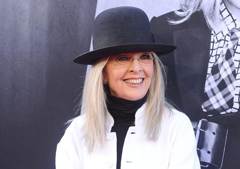 Doskonale skrojone garnitury, kapelusze z dużym rondem, luźne nonszalanckie koszule - charakterystyczny styl Diane Keaton pozostaje od lat niezmienny. W opublikowanym właśnie w mediach społecznościowych nagraniu 74-letnia gwiazda kina podzieliła się z fanami swoimi najlepszymi i najgorszymi modowymi wyborami.