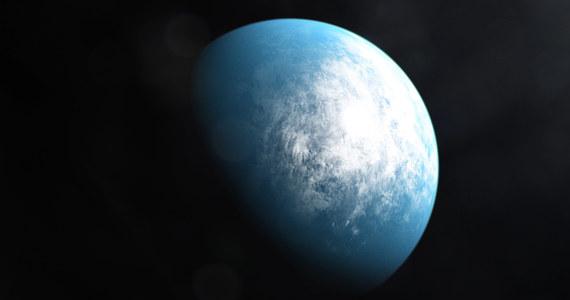 Kosmiczny teleskop TESS, poszukujący od niespełna dwóch lat planet pozasłonecznych, odkrył pierwszą w swoim katalogu planetę wielkości Ziemi, krążącą wokół swojej gwiazdy w tak zwanej strefie zamieszkiwalnej. Do tej pory astronomowie odkryli poza Układem Słonecznym już ponad 4000 planet, zaledwie kilka z nich ma jednak skalistą strukturę, porównywalne z Ziemią rozmiary i warunki umożliwiające istnienie na ich powierzchni wody w postaci ciekłej. TESS odkryła też swoją pierwszą planetę krążącą wokół układu podwójnego gwiazd. Poinformowano o tym podczas spotkania American Astronomical Society w Honolulu.