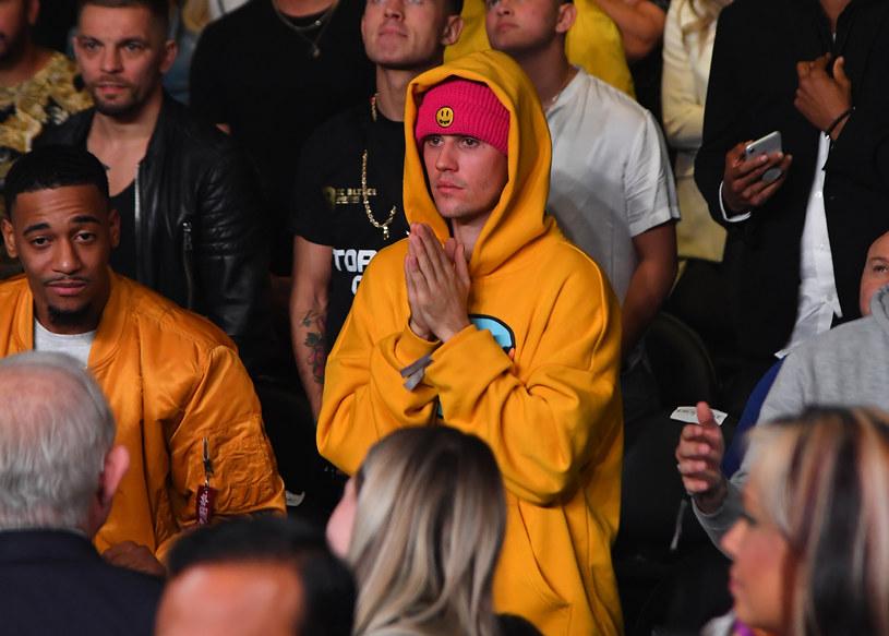 W ostatnich latach Justin Bieber musiał znosić krytykę na temat swojej złej kondycji i wyglądu. Pojawiały się sugestie, że piosenkarz zażywa narkotyki. Kanadyjczyk zdradził jednak, że jest poważnie chory.