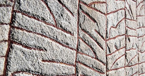 Wydawałoby się, że strach z powodu zachodzących zmian klimatycznych to współczesny fenomen. Tłumaczenie napisu na kamieniu runicznym Rökstenen pokazuje, że już tysiąc lat temu wikingowie bali się zmian, które nadchodzą. Pisali o walce światła z ciemnością, ciepła z chłodem oraz trwającej trzy lata ostrej zimie, po której nadejdzie koniec świata.