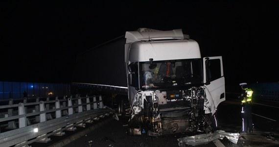 Seria nieszczęśliwych zdarzeń na autostradzie A1. Po wypadku ciężarówki w Grabkowie koło Włocławka, w którym ranny został kierowca, w szczelinę między jezdniami wpadło dwóch mężczyzn: inny kierowca, który próbował pomóc pierwszemu poszkodowanemu, i pracownik obsługujący lawetę. Ostatniego z mężczyzn nie zdołano uratować.