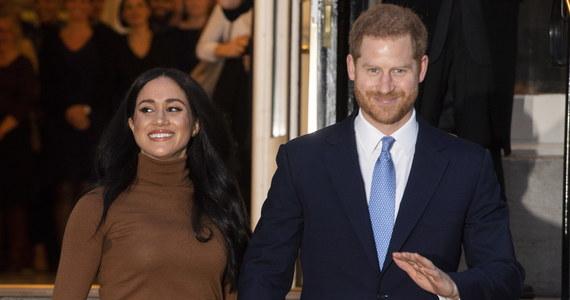 Brytyjska królowa Elżbieta II poleciła wysokim rangą członkom personelu Pałacu Buckingham znalezienie praktycznego rozwiązania sytuacji, w której postawili ją książę Harry i księżna Meghan, ogłaszając częściową rezygnację z roli członków rodziny królewskiej.