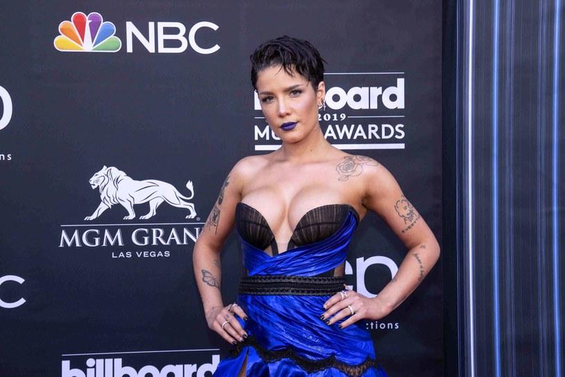 """Halsey zaprezentowała klip do """"You Should Be Sad"""" – kolejnego singla promującego nowy album """"Manic"""" - który ukaże się już 17 stycznia. 25 stycznia artystka będzie muzycznym gościem programu """"Saturday Night Live""""."""