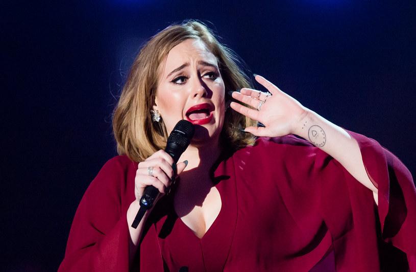 Fani brytyjskiej piosenkarki od pewnego czasu niepokoją się jej stanem zdrowia, bo - jak twierdzą - gwiazda zbyt gwałtownie chudnie. Okazuje się, że mają rację. Adel wyznała właśnie, że w ciągu kilku miesięcy straciła na wadze około 50 kilogramów.
