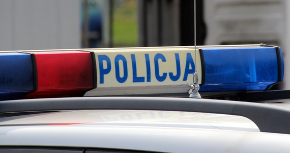Policjanci z Mikołowa na Śląsku użyli broni podczas pościgu za kierowcą, który nie zatrzymał się do kontroli drogowej i próbował rozjechać policjantów. Auto rozbiło się, kierowca został ranny.