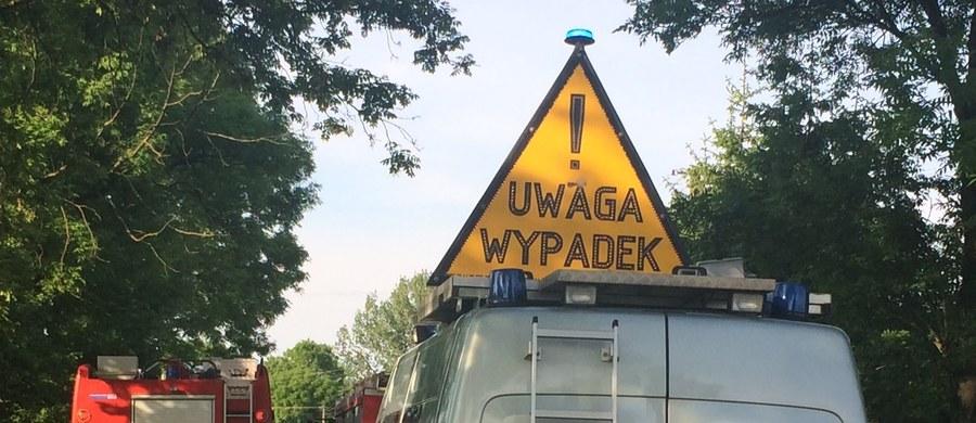 Pięć osób trafiło do szpitala po wypadku na drodze krajowej nr 17 w miejscowości Łopiennik Dolny – Kolonia pod Krasnymstawem (Lubelskie). Zderzyły się tam dwa auta osobowe.