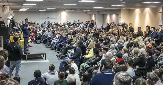 """""""Konstytucji bym nie zmieniał, przede wszystkim bym ją wypełniał i realizował, że jeżeli ktoś został wybrany na sędziego TK, to jest zaprzysięgany, a nie przeczekiwany aż partia wybierze następnego"""" – mówił w Krakowie Szymon Hołownia – dziennikarz I publicysta, który zamierza kandydować w wyborach prezydenckich. """"Jeżeli konstytucja mówi, że może być ułaskawiony ktoś skazany prawomocnym wyrokiem, to nie ułaskawiam kogoś, kto został skazany wyrokiem nieprawomocnym itd. Jeżeli konstytucja mówi, że władza sądownicza jest niezawisła i niezależna od innych władz, to ja tego nie łamie robiąc neo-KRS"""" - tłumaczył. """"Najpierw pilnuj tej konstytucji, która jest, a później nabędziesz moralne prawo do tego, żeby dyskutować o jej zmianie"""" – dodał."""