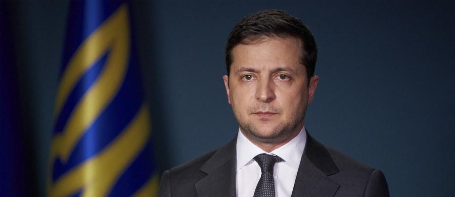"""""""W tych trudnych dla każdego z nas dniach chcę powiedzieć, że szczątki wszystkich ofiar zostaną oddane ich rodzinom, które będą mogły po ludzku pożegnać się z nimi. Godnie uczcimy ich pamięć. Wszyscy winni zostaną ukarani"""" - powiedział w orędziu do narodu prezydent Ukrainy Wołodymyr Zełenski. W katastrofie ukraińskiego samolotu pasażerskiego zginęło 176 osób. Iran przyznał się do zestrzelenia maszyny."""