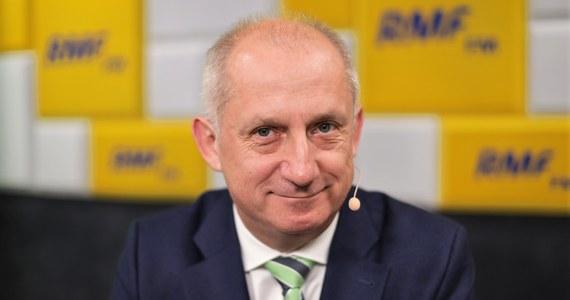 """""""To nieprawda"""" - tak Sławomir Neumann z PO komentuje medialne doniesienia, że Grzegorz Schetyna, wstrzymał fundusze na kampanię Małgorzaty Kidawy - Błońskiej. Zdaniem gościa Porannej rozmowy w RMF FM, sztab pracuje, chociaż nie ma szefa. """"Ludzie pracują. Nie ma najmniejszego problemu"""" - dodaje."""